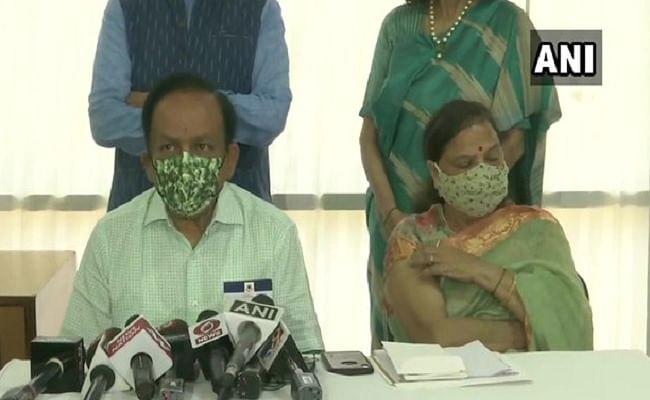 स्वास्थ्य मंत्री डॉ. हर्षवर्धन और उनकी पत्नी ने ली Corona Vaccine की दूसरी डोज, बोले- कोवैक्सीन और कोविशील्ड दोनों ही टीके सुरक्षित