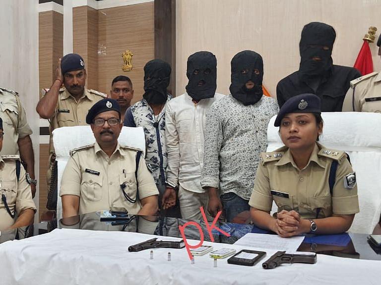 लूटकांड के बाद एक्शन मोड में सहरसा एसपी लिपि सिंह, 4 अपराधी हथियार के साथ गिरफ्तार, पुलिस लोगो लगा बुलेट बरामद