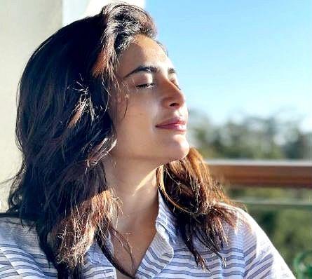 करिश्मा तन्ना ने लेटेस्ट फोटोशूट से फैंस को किया क्लीन बोल्ड, कमेंट में लिखा- 'धूप बहुत ठंडी है पर...'