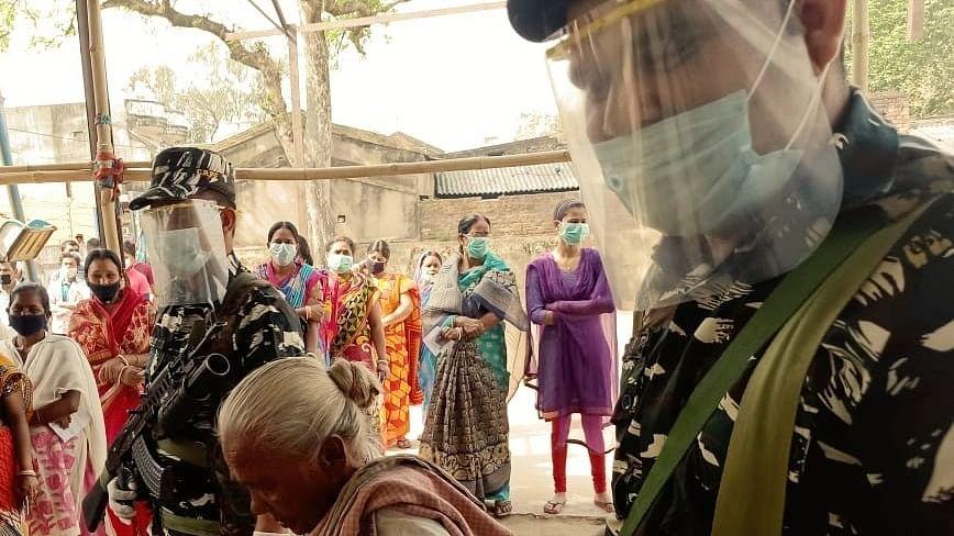Bengal Election 2021: इस तरह से लोकतंत्र के महापर्व को सफल बना रहे CRPF के जवान