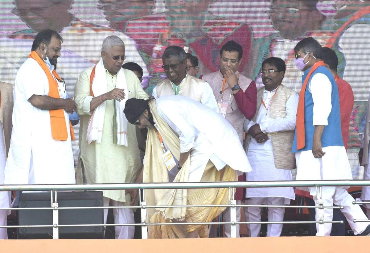 PM Modi Brigade Rally: पीएम मोदी के मंच पर किसके पैर छू रहे हैं बंगाल के लाल मिथुन चक्रवर्ती