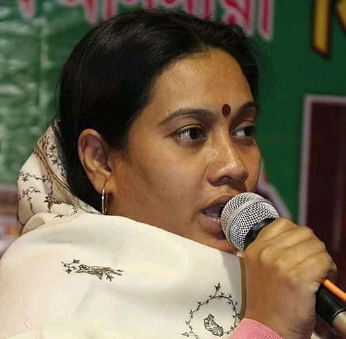 Bengal Chunav 2021: TMC उम्मीदवार का चुनाव प्रचार, फिरदौसी के हाथ में बल्ला, BJP का तंज- रिजल्ट निकलने के बाद खेलेंगी LUDO