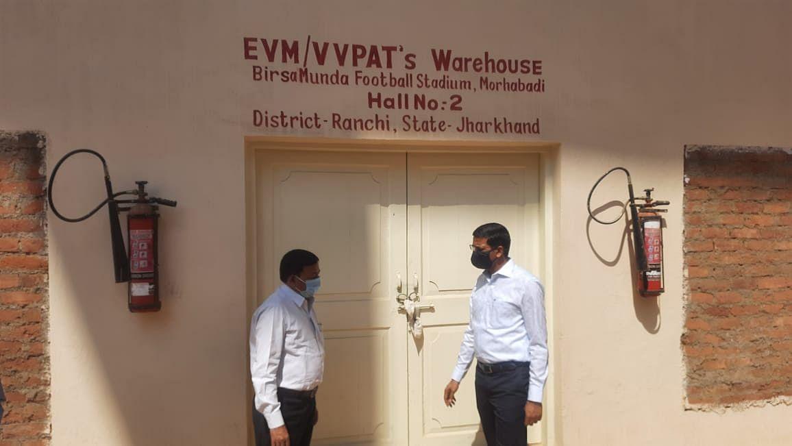 Jharkhand News : ईवीएम वेयर हाउस का निरीक्षण करने मोरहाबादी पहुंचे रांची के उपायुक्त, अधिकारियों को दिया ये निर्देश