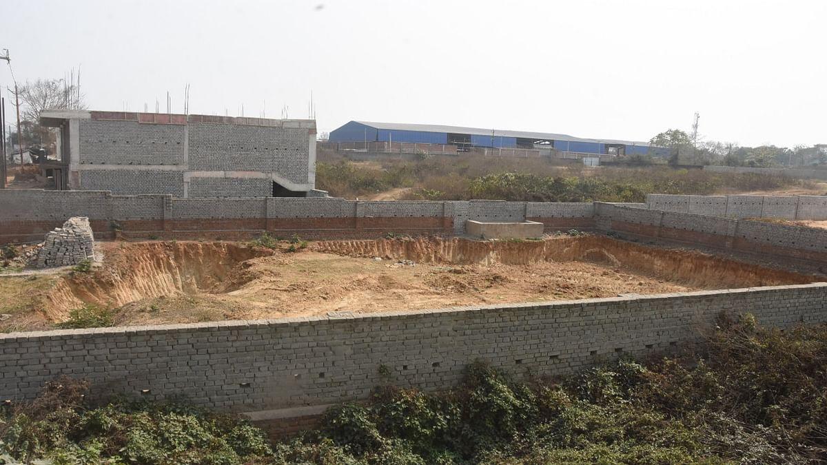 Jharkhand News : धनबाद में सरकारी जमीन के निजी होने का दावा निकला फर्जी, 21 एकड़ जमीन की कई बार हुई खरीद- बिक्री