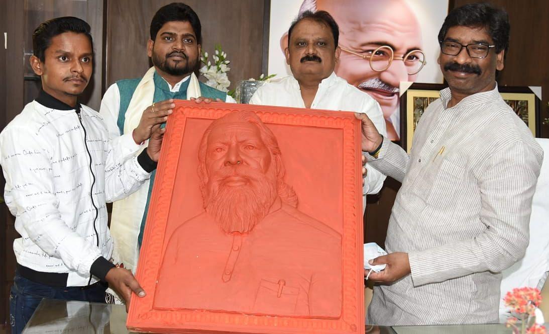 Jharkhand News : सीएम हेमंत सोरेन को राज्यसभा सांसद शिबू सोरेन की मिट्टी की मूर्ति की भेंट, मिट्टी के उत्पादों को बढ़ावा देने के लिए की माटी कला बोर्ड के पुनर्गठन की मांग