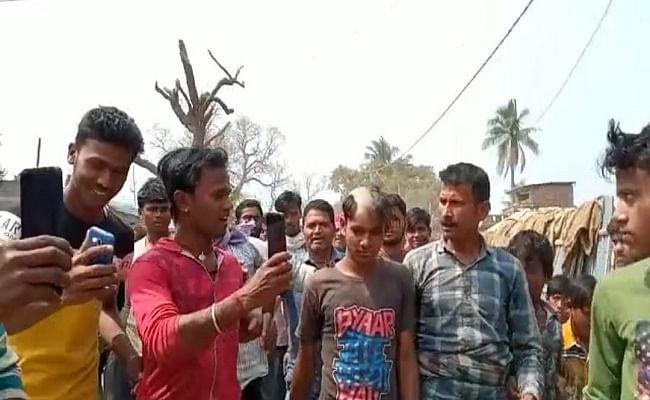 VIDEO: भोजपुरी और मैथिली गानों में अश्लीलता परोसना पड़ा महंगा, पंचायत के फरमान के बाद गायक का आधा सिर मुंडकर सड़क पर घुमाया