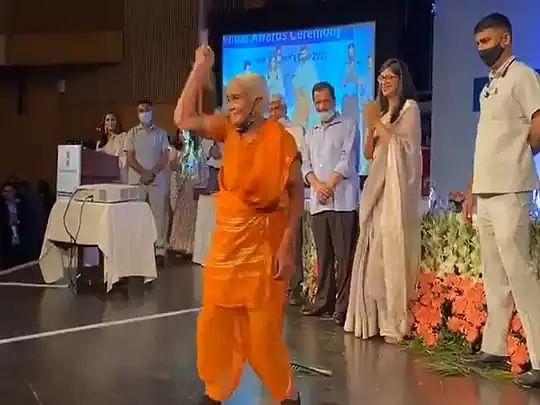 VIDEO: 86 साल की दादी ने Women's Day  पर डंडे के साथ दिखाया ऐसा करतब कि CM केजरीवाल भी रह गये हैरान