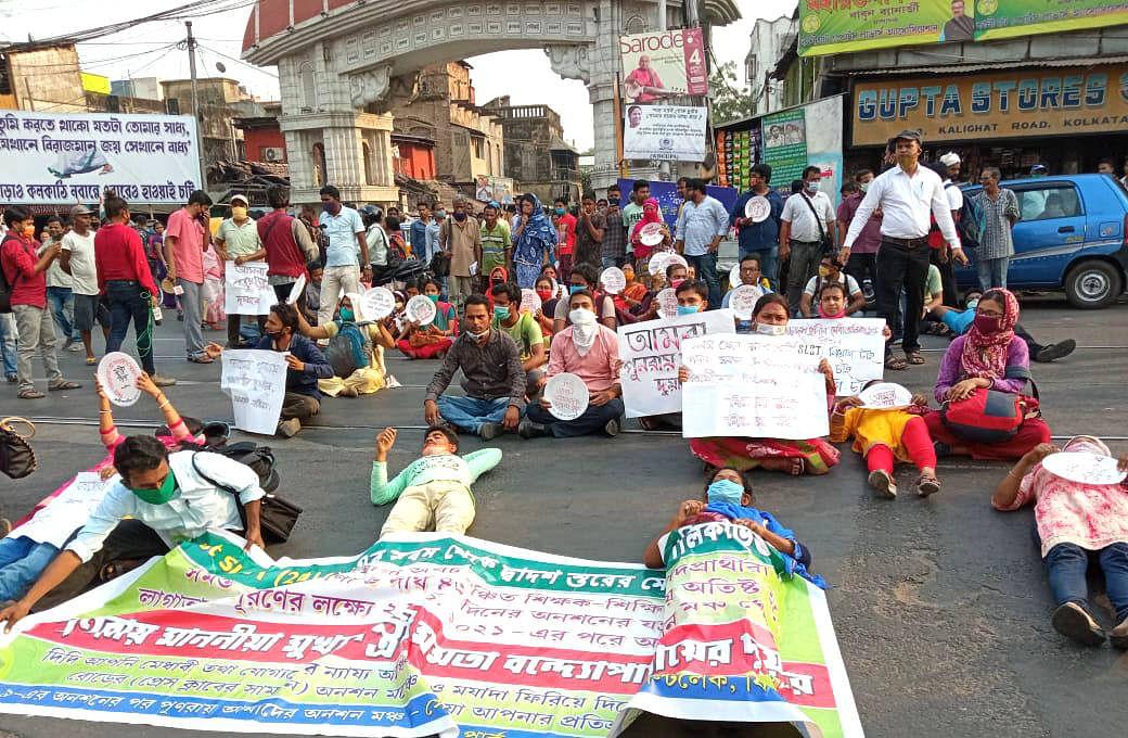 Bengal Chunav 2021: तपती धूप में ममता बनर्जी के आवास के सामने जमीन पर लोटने लगे SSC अभ्यर्थी, पुलिस से हुई धक्का-मुक्की