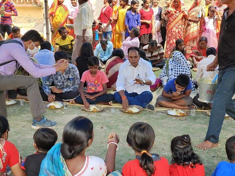 Bengal Chunav 2021:  बंगाल में भोज पॉलिटिक्स, तृणमूल नेता के जनता से प्रेम पर भड़की BJP, BDO से शिकायत