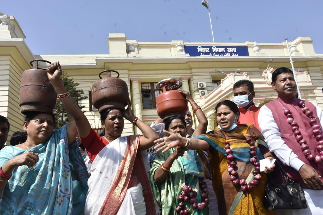 Bihar News: बिहार विधानसभा में महंगाई पर 'महाभारत', RJD  विधायकों ने गैस सिलिंडर और प्याज के साथ किया प्रदर्शन