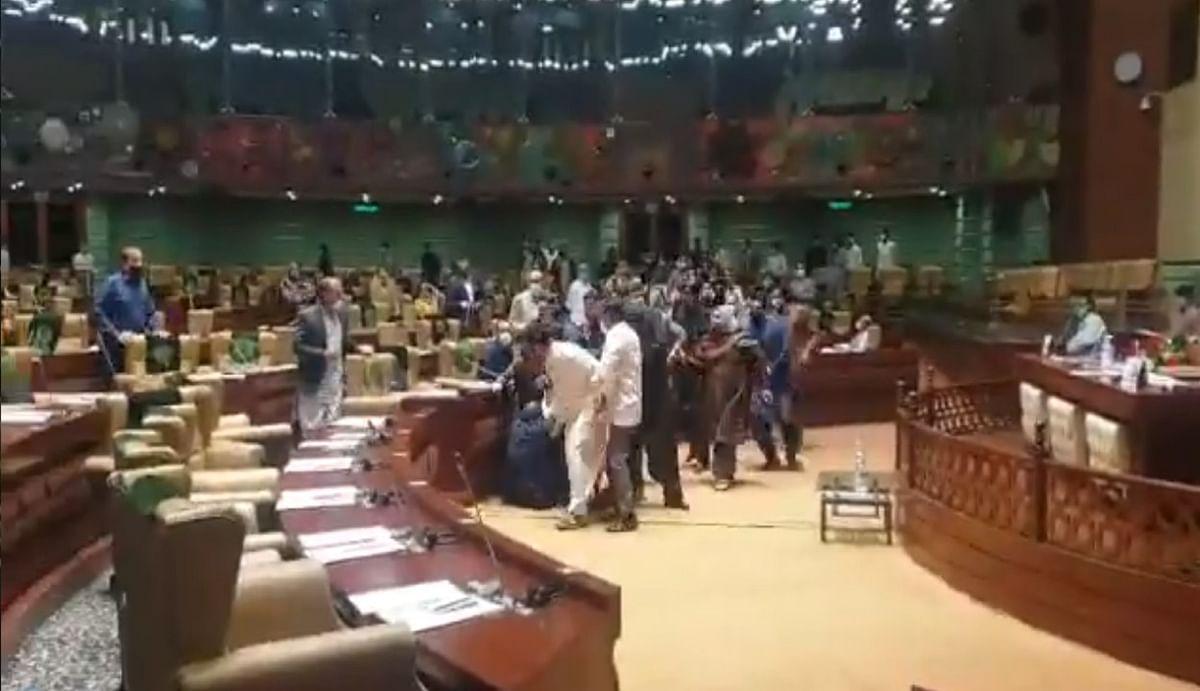 पाकिस्तान के सिंध असेंबली में इमरान खान के नेताओं ने जमकर चलाए लात-घूंसे, जान बचाकर भागी महिला मेंबर, देखें Video
