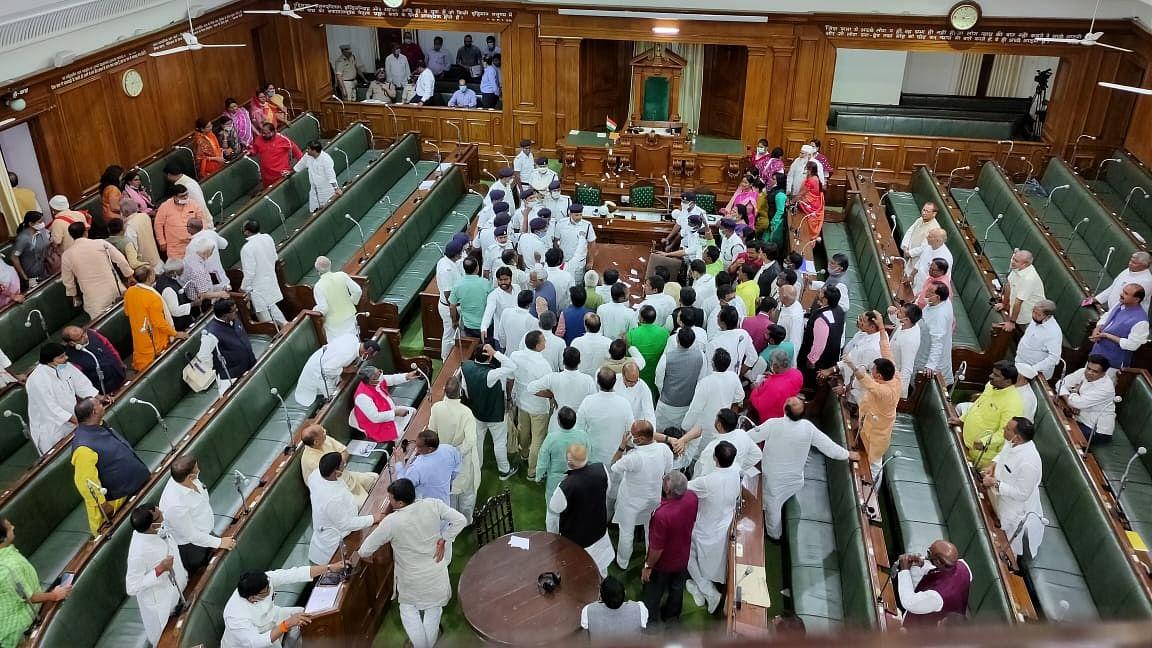 Bihar Assembly Protest: बिहार में सड़क ही नहीं, सदन में भी जबरदस्त हंगामा, विधानसभा में विपक्षी नेताओं ने मचाया उत्पात, मर्यादा तार-तार