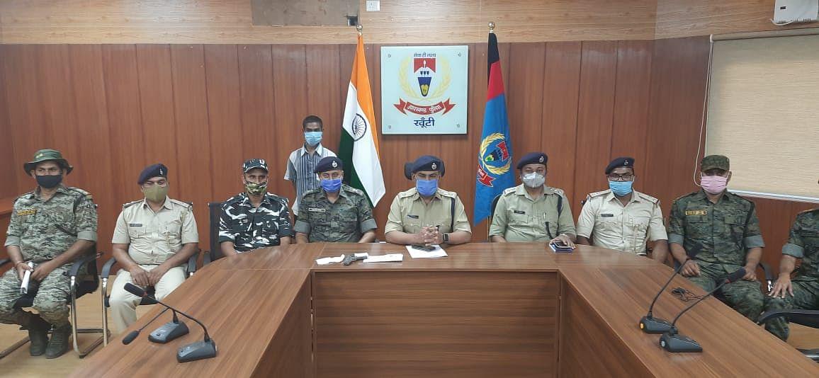 Jharkhand Naxal News : PLFI का एरिया कमांडर सनिका ओड़ेया हथियार के साथ गिरफ्तार, खूंटी पुलिस ने 2 लाख के इनामी नक्सली को जंगल से ऐसे दबोचा