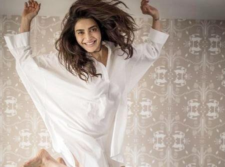 करिश्मा तन्ना ने लॉन्ग शर्ट पहनकर बेडरूम में कराया बोल्ड फोटोशूट, फैंस बोले- 'जरा बचके...'