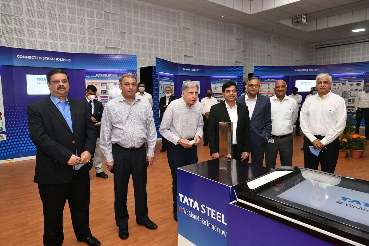 टाटा स्टील प्लांट स्थित स्टीलेनियम हॉल में लगी प्रदर्शनी को देखते रतन टाटा