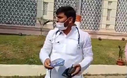 Bihar Politics: आला और बीपी मशीन लेकर विधानसभा पहुंचे Tejashwi Yadav के सिपाही, कहा- सीएम नीतीश का ब्लड प्रेशर जांच करेंगे