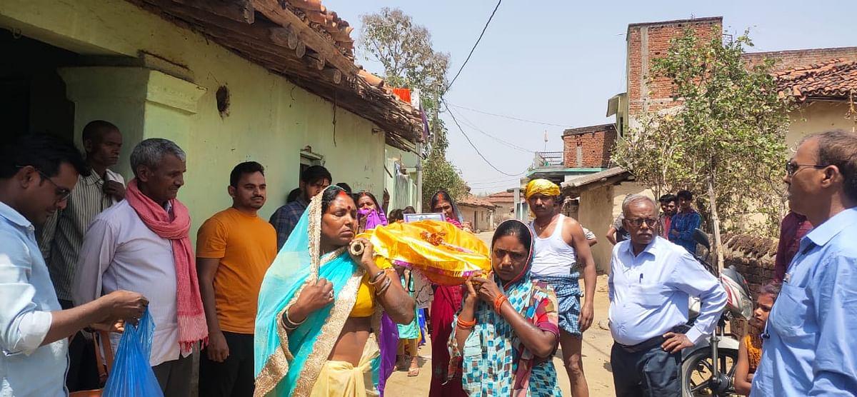 सगाई के बावजूद चतरा की युवती ने की Love Marriage, रिश्ते से आहत हुए परिजन, पुतला बनाकर कर दिया अंतिम संस्कार