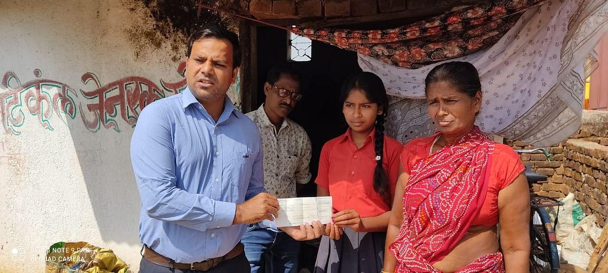 अपनी मां के साथ चना बेचने वाली सिमडेगा की पालनी के बहुरेंगे दिन, बढ़े मदद के हाथ, अडानी ग्रुप के अधिकारी ने घर आकर की आर्थिक मदद