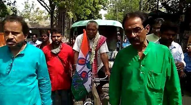 Bengal Chunav 2021 : ... और रिक्शा पर निकली नेताजी की सवारी, नामांकन दाखिल करने पहुंचे एसडीओ दफ्तर