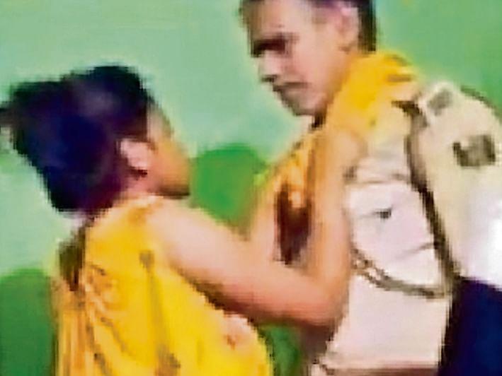 नर्तकी के साथ डांस करते पकड़े गए दो दारोगा, वायरल हुआ वीडियो तो एसपी ने किया सस्पेंड