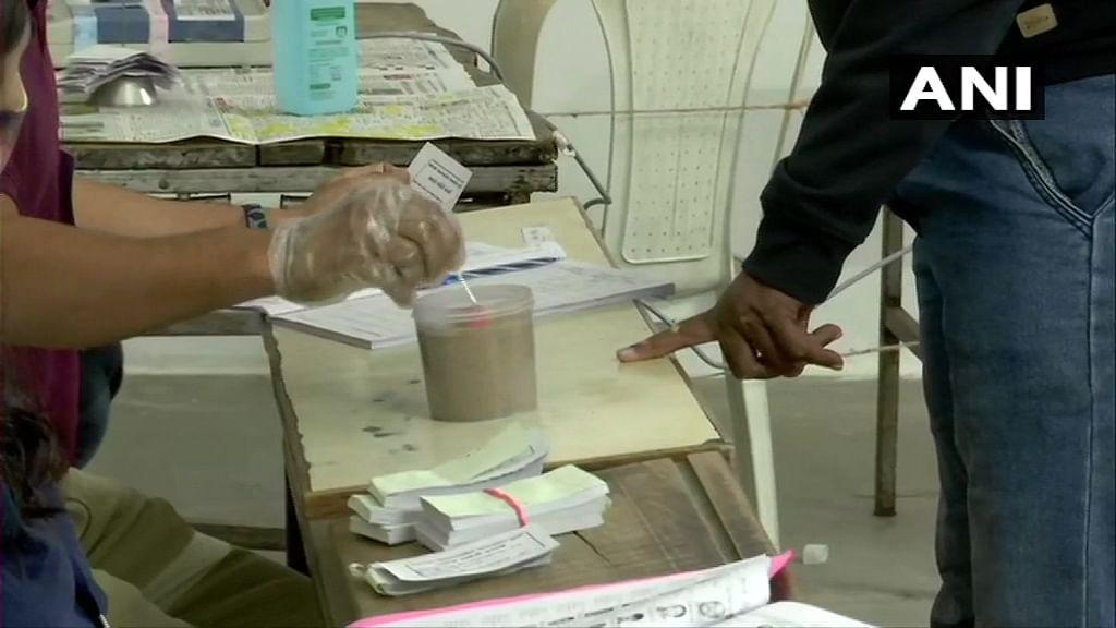 Gujarat Local Body Election Results 2021: कड़े सुरक्षा इंतजाम के बीच जारी है काउंटिंग, बीजेपी-कांग्रेस के बीच कांटें की टक्कर