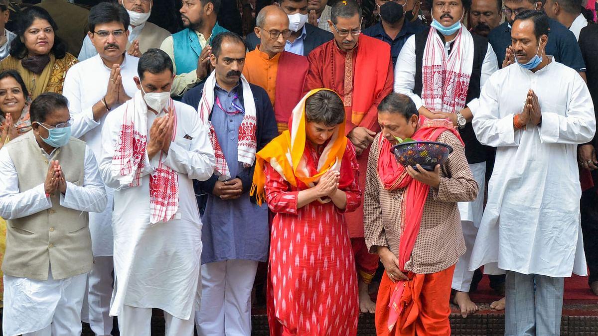 माथे पर लाल टीका और गले में लाल चुनरी डाले यूं कमाख्या मंदिर पहुंची प्रियंका गांधी