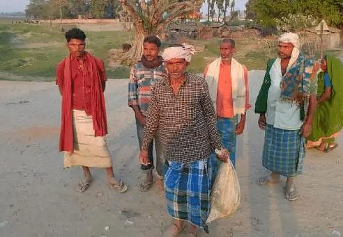 Bihar News: 13 साल के बेटे की लाश थैले में लेकर 3 KM पैदल चला पिता, वायरल खबर के बाद दारोगा सहित दो पर गिरी गाज