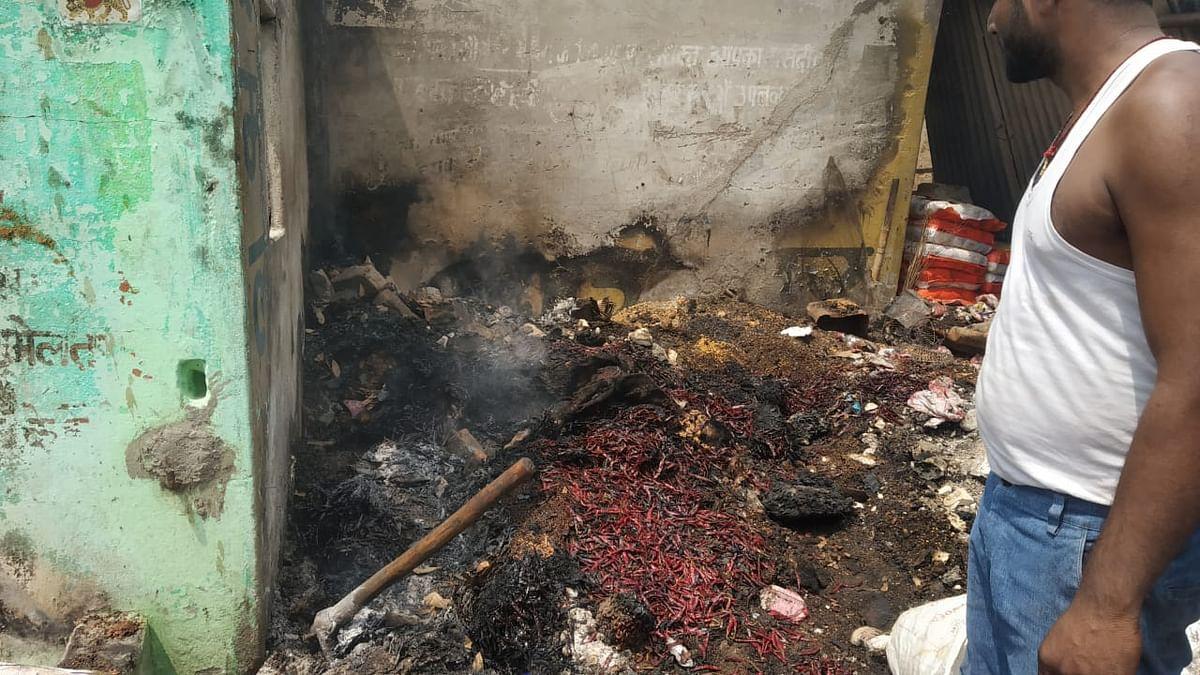 मुंगेर के तारापुर हाट में लगी भीषण आग, दर्जनों दुकान समेत लाखों की संपत्ति राख