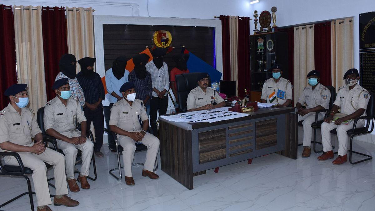 अंतरराज्यीय गिरोह के 6 आरोपी देवघर से गिरफ्तार, 30 मोबाइल बरामद