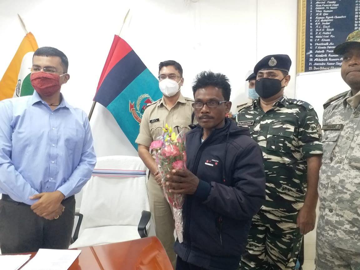 Jharkhand Naxal News : झारखंड के चतरा में 10 लाख के इनामी नक्सली रघुवंश समेत दो उग्रवादियों ने हथियार के साथ किया सरेंडर, कई जिलों में दर्ज हैं हत्या व लूट के मामले
