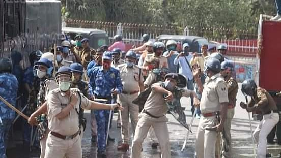 Bihar News: रोजगार की मांग को लेकर वाम कार्यकर्ताओं ने निकाला विधानसभा मार्च, भारी हंगामे के बाद लाठीचार्ज, कई घायल
