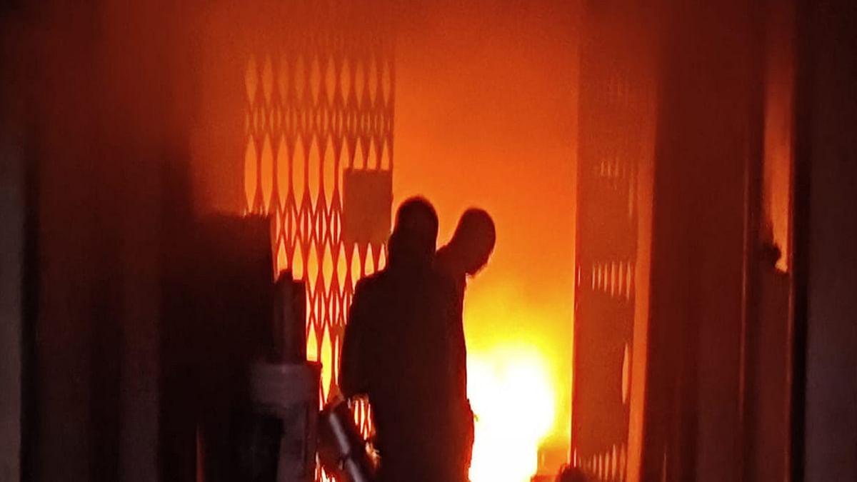 झुमरीतिलैया के हार्डवेयर दुकान में लगी आग, 5 घंटे की मशक्कत के बाद पाया काबू, लाखों का हुआ नुकसान