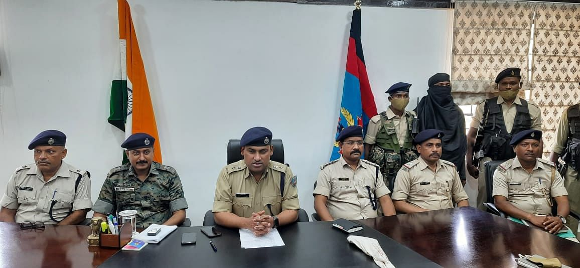 Jharkhand Naxal News : झारखंड के खूंटी से दो लाख का इनामी नक्सली हथियार के साथ गिरफ्तार, पीएलएफआई के एरिया कमांडर सामुएल कंडुलना को पुलिस ने दबोचा