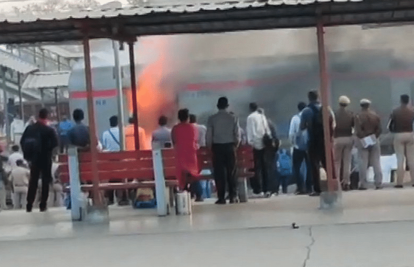 Burning train : गाज़ियाबाद रेलवे स्टेशन पर शताब्दी एक्सप्रेस के पार्सल बोगी में लगी आग, यात्रा के दौरान बाल-बाल बचे सवारी, कोई घायल नहीं