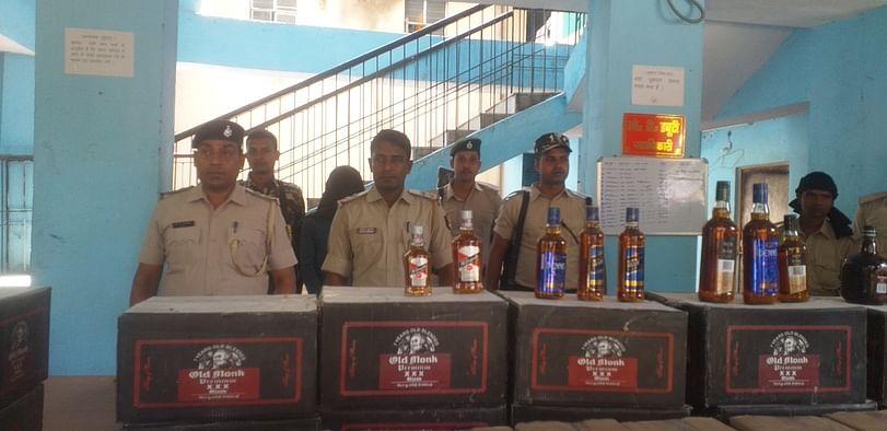 Liquor Ban in Bihar: होली में हो रही थी जाम छलकाने की तैयारी, पुलिस ने पूरे प्लान पर फेरा पानी, ट्रक के तहखाने से 27 लाख की शराब जब्त