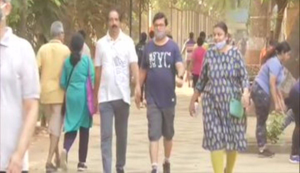 कोरोना विस्फोट होने के बावजूद मुंबई में कोविड-19 नियमों का उल्लंघन कर रहे लोग, गृह मंत्रालय जारी की नई गाइडलाइन