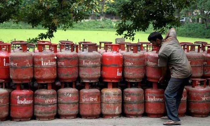 LPG Subsidy News: गैस सिलिंडर का खर्च आपको पड़ेगा 300 रुपये सस्ता, जानें कैसे