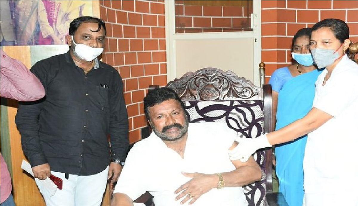 Corona Vaccination News : घर में कोरोना का टीका लेकर बुरे फंसे कर्नाटक के कृषि मंत्री, केंद्र ने मांगी रिपोर्ट