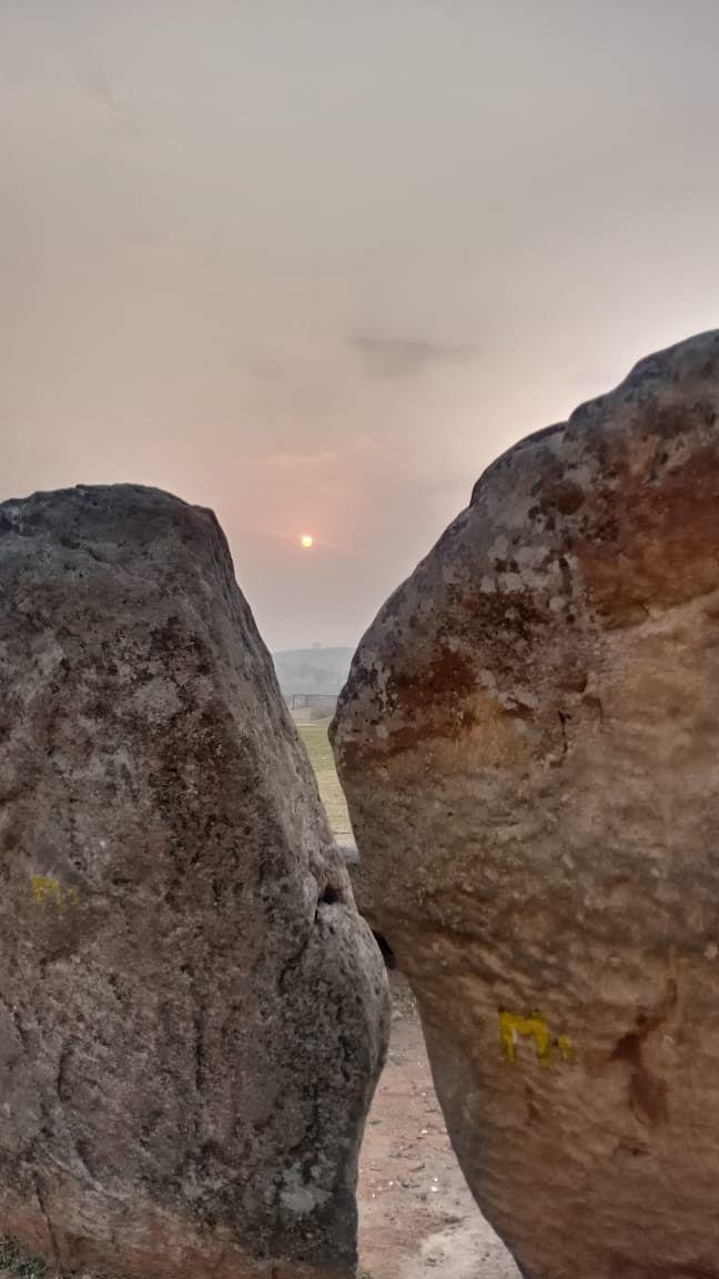 मेगालिथ पत्थरों के बीच सूर्योदय का ऐसा था नजारा