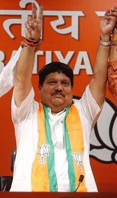 BJP सांसद अर्जुन सिंह के सभा मंच पर हमला, तोड़ डाले मंच और कुर्सियां, आयोग ने मांगी जांच रिपोर्ट