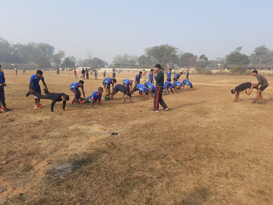 Sarkari Naukri 2021 : आर्मी के जवान युवाओं को देश सेवा के लिए कर रहे तैयार, गिरिडीह में सेना में बहाली को लेकर युवक-युवतियों को ऐसे दी जा रही ट्रेनिंग