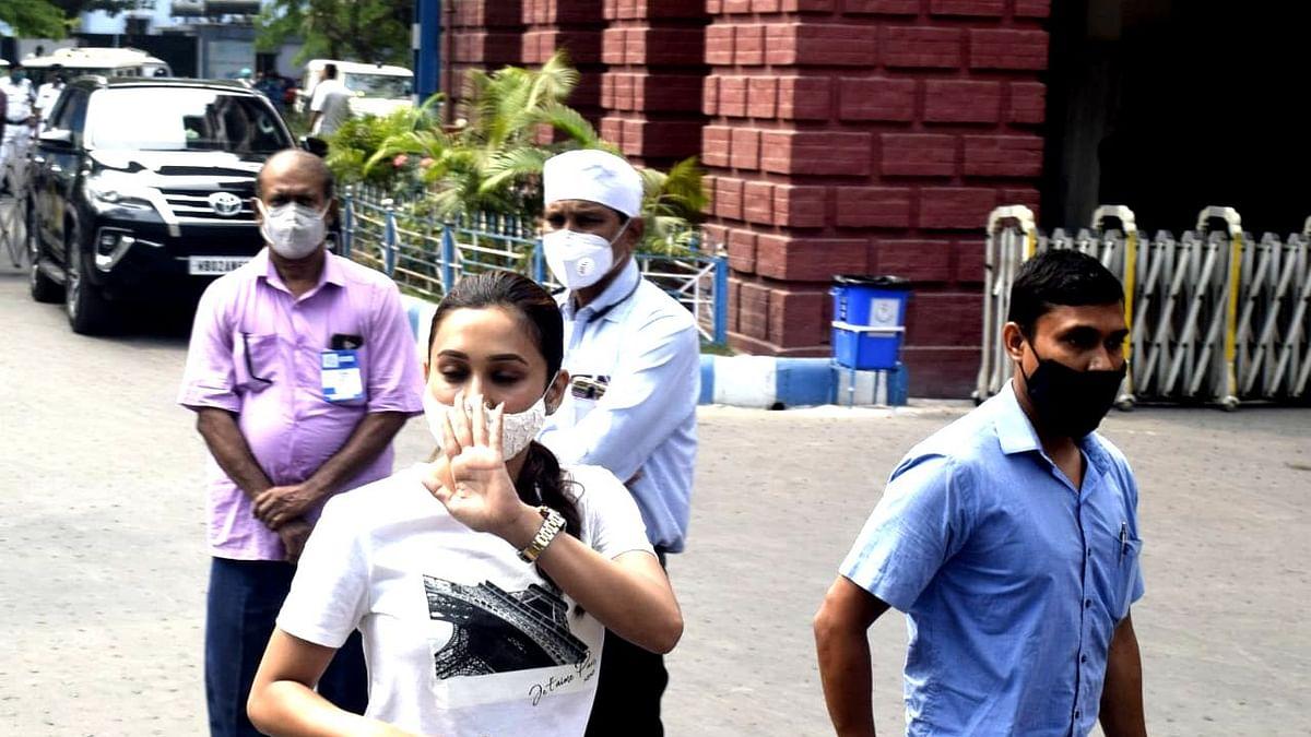 पैर पर प्लास्टर, बिस्तर पर दीदी, ममता बनर्जी को ऐसे हाल में देखकर रोने लगी TMC सांसद मिमी चक्रवर्ती