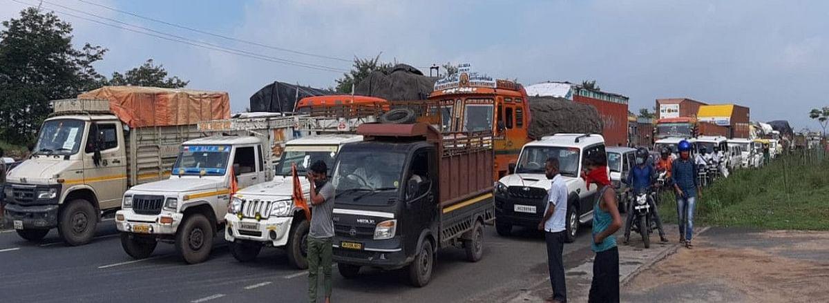 Bengal News : मालदा में ट्रक के धक्के से छात्रा की मौत, लोगों ने किया सड़क को जाम