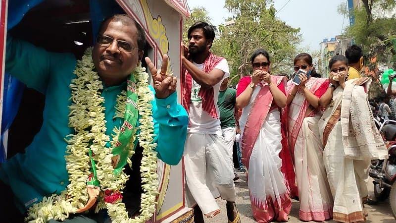 चुनावी चुस्की: पालकी पर सवार, दक्षिण हावड़ा के JDU कैंडिडेट श्रीकांत घोष चले वोटर्स के द्वार...