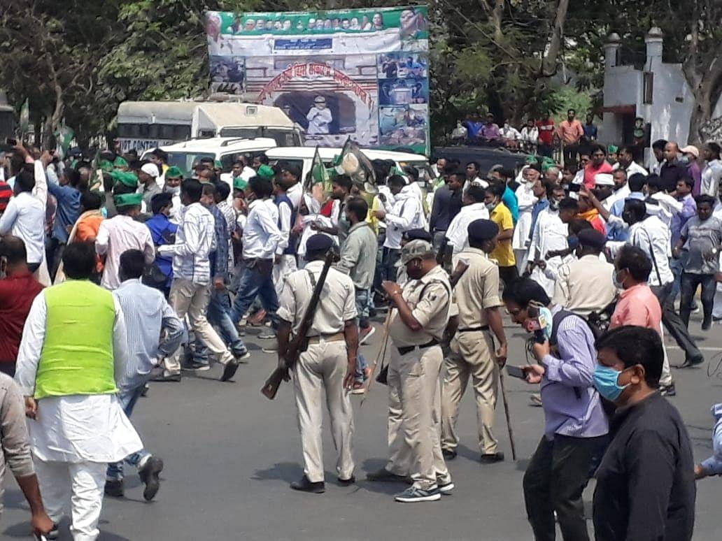 भारी संख्या में जुटे RJD कार्यकर्ता, पुलिस भी तैयार