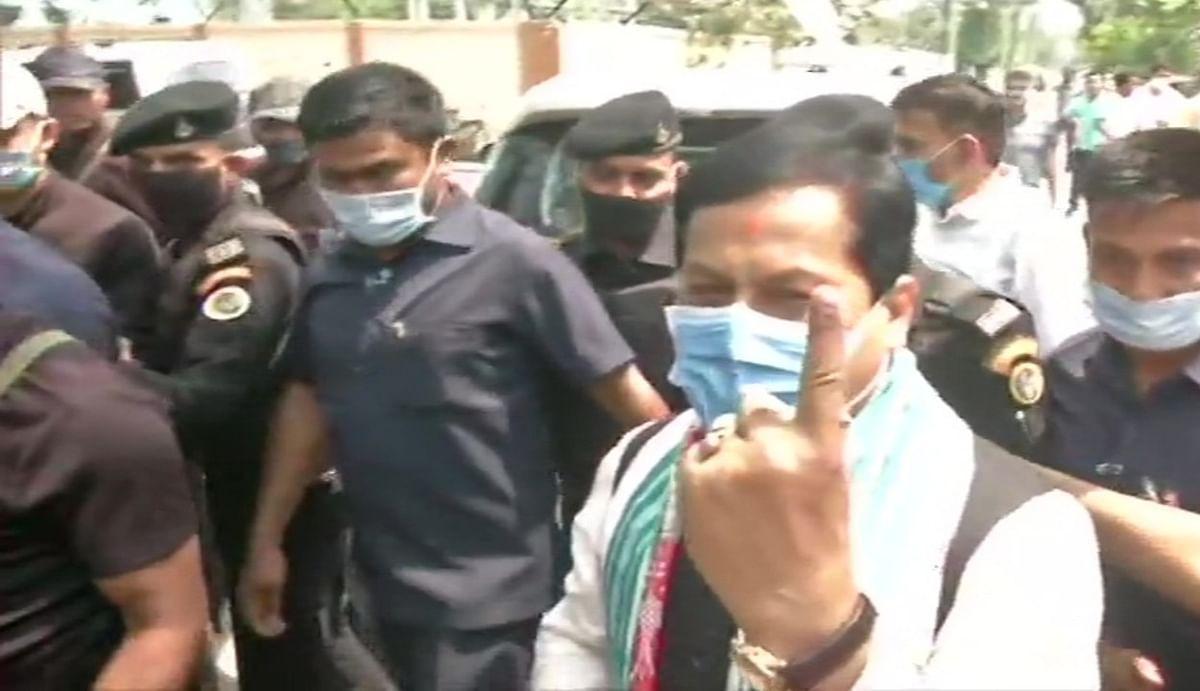 असम में सुबह 11 बजे तक 24.91 फीसदी मतदान, सीएम सर्बानंद सोनोवाल ने डिब्रूगढ़ के जेपी नगर बूथ पर किया वोट