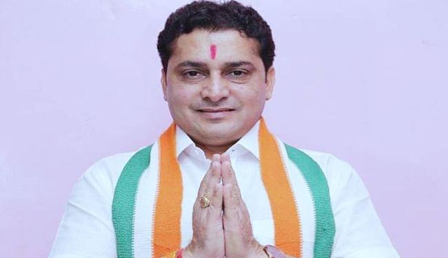 गुजरात : टी-शर्ट में सदन पहुंचे कांग्रेस विधायक, विधानसभा से बाहर निकाला गया, मिमी और नुसरत भी वेस्टर्न ड्रेस में पहुंच चुकी हैं संसद