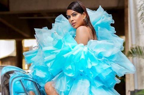 नेट वाली ड्रेस पहनकर निया शर्मा ने कार के सामने कराया फोटोशूट, यूजर बोले- सारा अली खान को कॉपी...