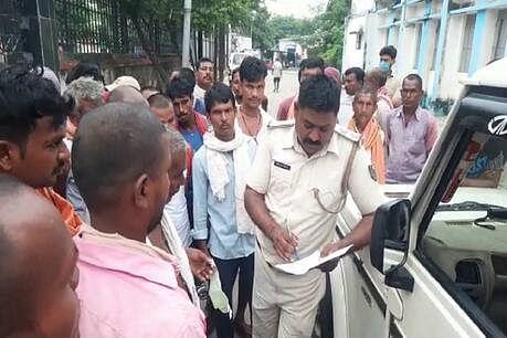 Bihar Road Accident: ट्रैक्टर ने स्कूल वैन को ठोका, फिर सड़क पर गिरे छात्र को रौंदा,6 की बाल-बाल बची जान, ग्रामीणों ने पुलिस को खदेड़ा