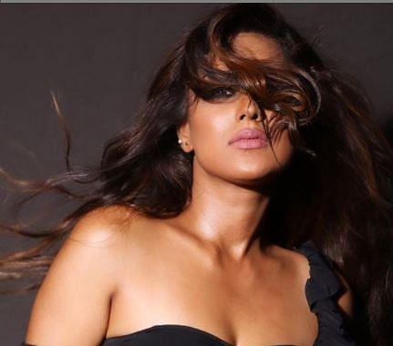 बिकिनी के बाद निया शर्मा का ब्लैक ड्रेस में हॉट अंदाज, सड़क के बीच बनाया ये VIDEO, आपने देखा?